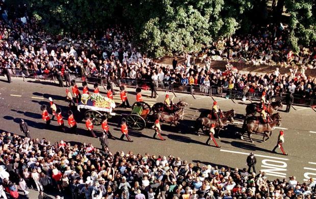 Nhìn những hình ảnh này, người ta mới thấu hiểu người dân Anh đã đau đớn nhường nào khi biết tin Công nương Diana qua đời - Ảnh 13.