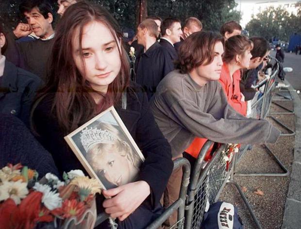 Nhìn những hình ảnh này, người ta mới thấu hiểu người dân Anh đã đau đớn nhường nào khi biết tin Công nương Diana qua đời - Ảnh 21.