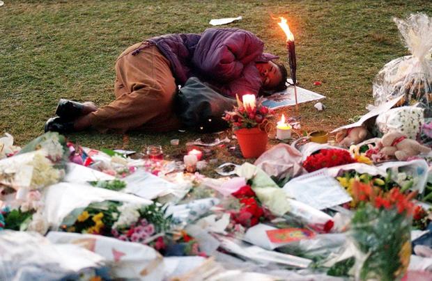 Nhìn những hình ảnh này, người ta mới thấu hiểu người dân Anh đã đau đớn nhường nào khi biết tin Công nương Diana qua đời - Ảnh 32.