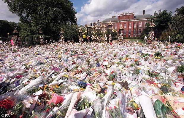 Nhìn những hình ảnh này, người ta mới thấu hiểu người dân Anh đã đau đớn nhường nào khi biết tin Công nương Diana qua đời - Ảnh 7.