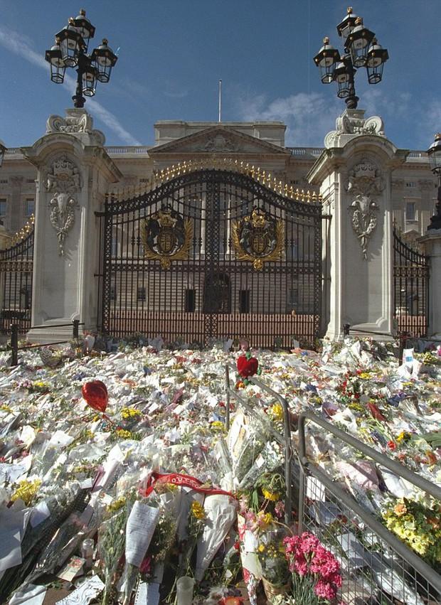 Nhìn những hình ảnh này, người ta mới thấu hiểu người dân Anh đã đau đớn nhường nào khi biết tin Công nương Diana qua đời - Ảnh 9.