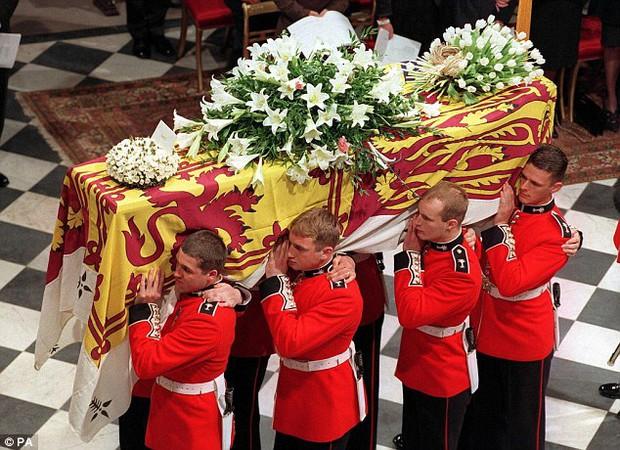 Nhìn những hình ảnh này, người ta mới thấu hiểu người dân Anh đã đau đớn nhường nào khi biết tin Công nương Diana qua đời - Ảnh 11.