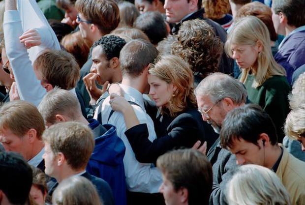 Nhìn những hình ảnh này, người ta mới thấu hiểu người dân Anh đã đau đớn nhường nào khi biết tin Công nương Diana qua đời - Ảnh 25.