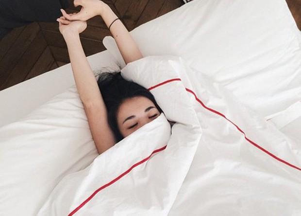 Những thói quen khi ngủ tưởng chừng vô hại lại khiến da ngày càng xấu đi trông thấy - Ảnh 3.