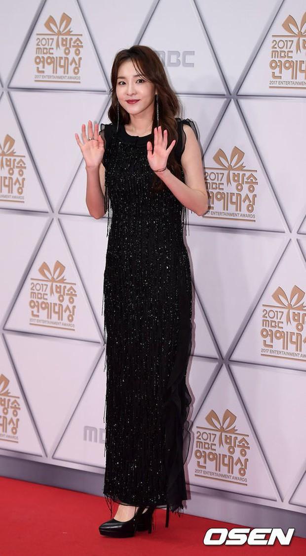 Thảm đỏ MBC Entertainment Awards: Dara bỗng già chát, bị mỹ nhân gợi cảm vô danh và loạt sao nữ sexy đè bẹp - Ảnh 8.