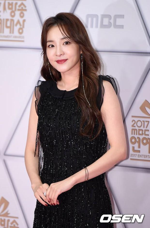 Thảm đỏ MBC Entertainment Awards: Dara bỗng già chát, bị mỹ nhân gợi cảm vô danh và loạt sao nữ sexy đè bẹp - Ảnh 10.