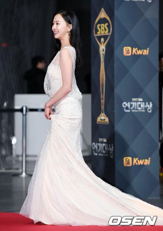 Thảm đỏ SBS Drama Awards: Nữ thần Suzy cân cả Yuri và dàn mỹ nhân hàng đầu Kpop, cặp vợ chồng Jisung quyền lực xuất hiện - Ảnh 18.
