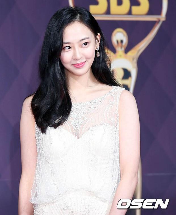Thảm đỏ SBS Drama Awards: Nữ thần Suzy cân cả Yuri và dàn mỹ nhân hàng đầu Kpop, cặp vợ chồng Jisung quyền lực xuất hiện - Ảnh 20.