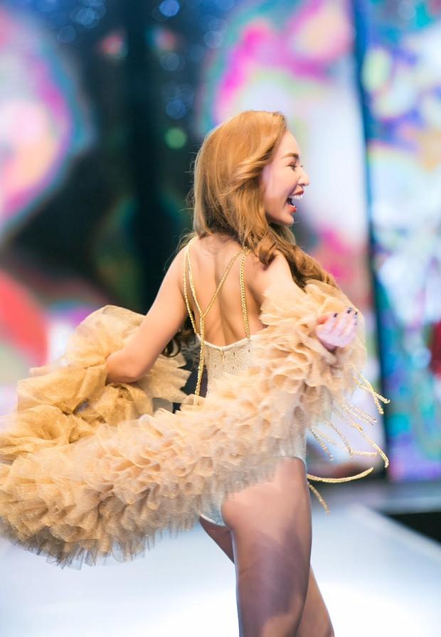 Đêm Hội Chân Dài: Ngọc Trinh khoe dáng nõn nà với nội y, không còn làm Thiên thần Victorias Secret - Ảnh 13.