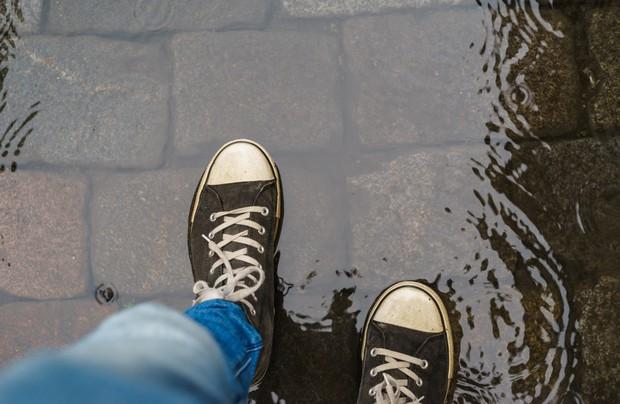 Bỏ ngay những lỗi đi giày dép sau nếu không muốn sức khỏe nguy hại - Ảnh 1.