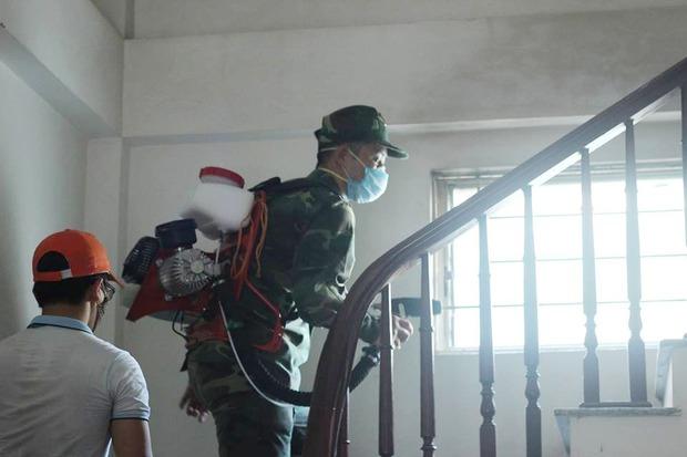 12 quận, huyện Hà Nội báo động đỏ dịch sốt xuất huyết: Đến từng nhà phun thuốc diệt muỗi, bọ gậy - Ảnh 3.