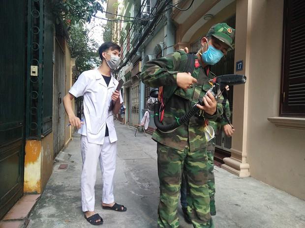 12 quận, huyện Hà Nội báo động đỏ dịch sốt xuất huyết: Đến từng nhà phun thuốc diệt muỗi, bọ gậy - Ảnh 2.