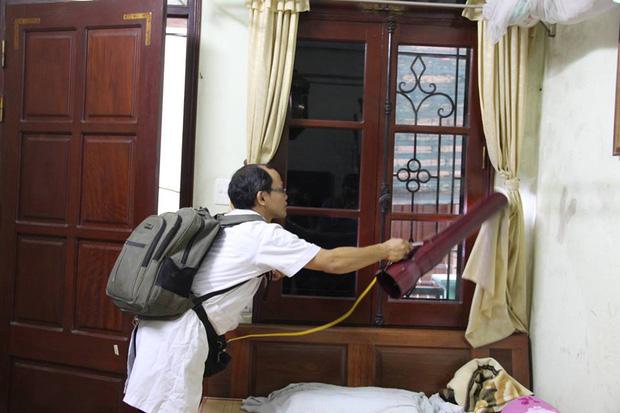 12 quận, huyện Hà Nội báo động đỏ dịch sốt xuất huyết: Đến từng nhà phun thuốc diệt muỗi, bọ gậy - Ảnh 6.
