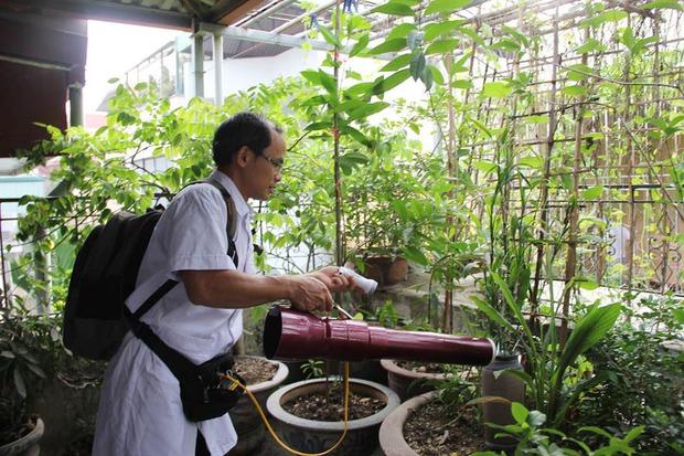 12 quận, huyện Hà Nội báo động đỏ dịch sốt xuất huyết: Đến từng nhà phun thuốc diệt muỗi, bọ gậy - Ảnh 7.