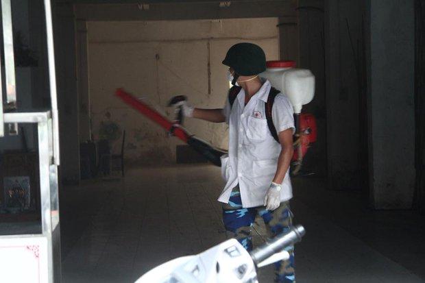 Sốt xuất huyết vượt lịch sử 10 năm, 12 quận huyện tại Hà Nội ở mức báo động đỏ - Ảnh 2.