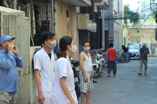 12 quận, huyện Hà Nội báo động đỏ dịch sốt xuất huyết: Đến từng nhà phun thuốc diệt muỗi, bọ gậy - Ảnh 1.