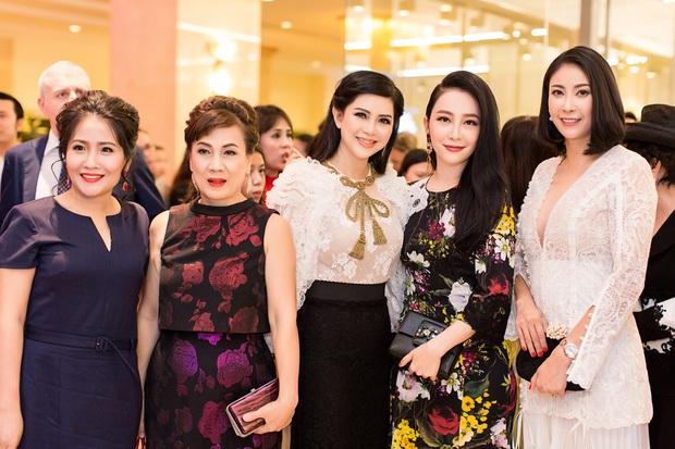 Chi Pu và Phí Phương Anh cùng đọ sắc với tông đen ở sự kiện thời trang, ai mặc đẹp hơn? - Ảnh 10.