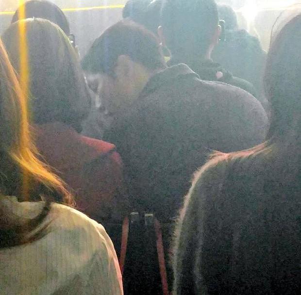 Vợ chồng Song Joong Ki và Song Hye Kyo cười tươi rói, mùi mẫn rủ nhau đến xem concert của IU - Ảnh 3.
