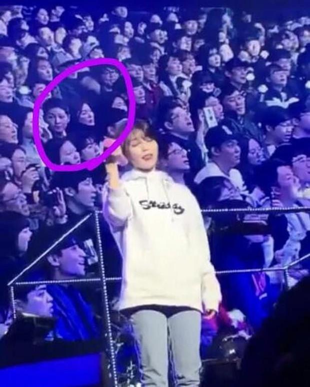 Vợ chồng Song Joong Ki và Song Hye Kyo cười tươi rói, mùi mẫn rủ nhau đến xem concert của IU - Ảnh 4.