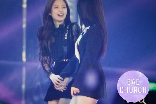 Fan phát cuồng trước khung cảnh thần tiên tại Gayo Daejun: 2 nữ thần Black Pink và Red Velvet vừa ôm vừa nắm tay - Ảnh 3.