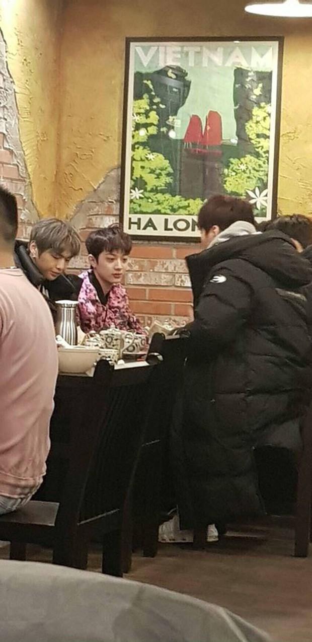 Xôn xao ảnh hiếm Kang Daniel cùng các thành viên Wanna One ăn phở tại quán Việt Nam - Ảnh 1.