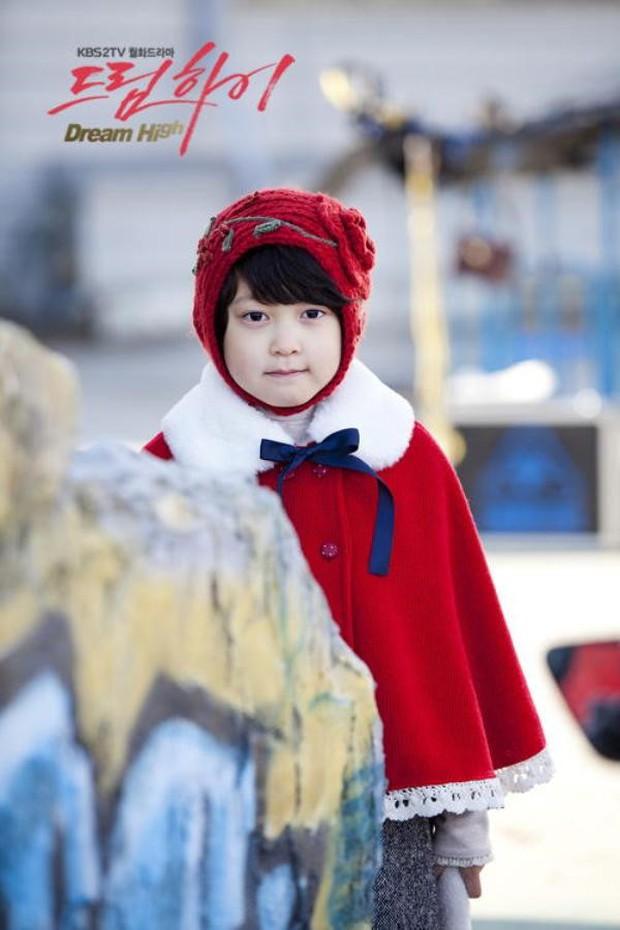 Thiên thần nhí Dream High không còn là cô bé ngày xưa mà tự tin bước trên thảm đỏ Cannes - Ảnh 1.