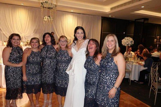 Sự trùng hợp đáng kinh ngạc: 6 cô nàng không hẹn nhưng cùng mặc chiếc váy giống hệt nhau đi dự đám cưới - Ảnh 1.