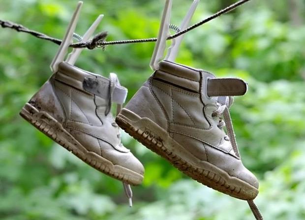 Thêm một mẹo giúp đôi giày chẳng bao giờ bị ướt, là con gái lại càng phải biết! - Ảnh 1.
