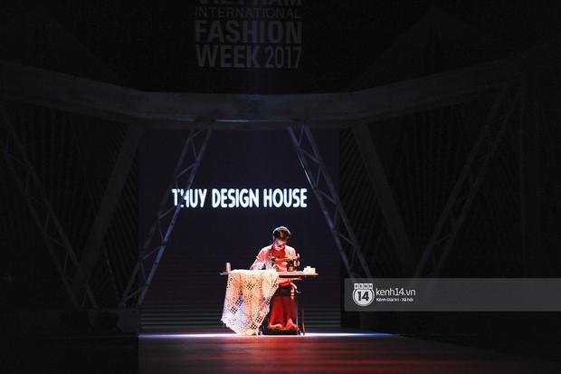 VIFW ngày 2: Chị đại Ngô Thanh Vân mở màn xuất sắc cho BST Cô Ba Sài Gòn của Thuỷ Design House - Ảnh 2.