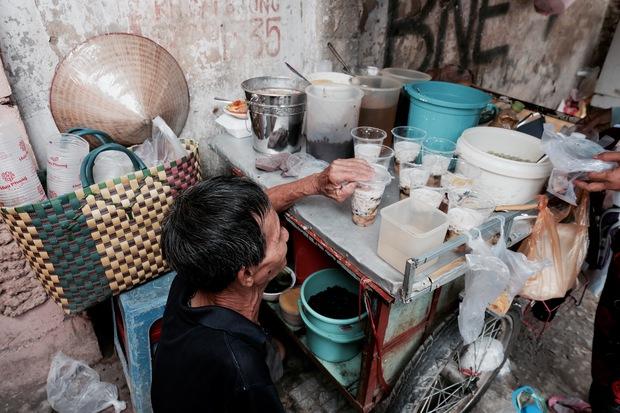 Chuyện của chú Ba Sài Gòn - Người đàn ông 40 năm đẩy xe bán chè vỉa hè chỉ bằng một tay - Ảnh 6.