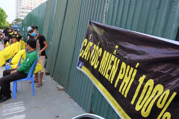 Tiệm cắt tóc miễn phí cho người lao động nghèo và sinh viên trên vỉa hè Hà Nội - Ảnh 2.