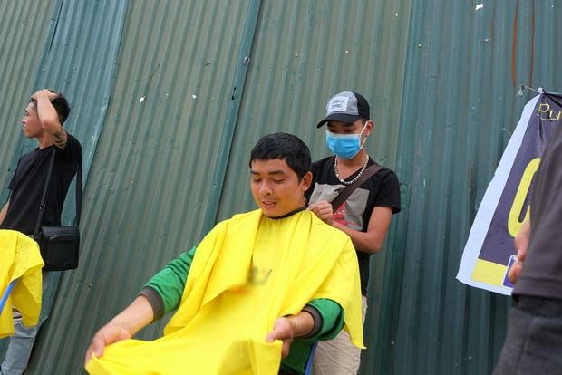 Tiệm cắt tóc miễn phí cho người lao động nghèo và sinh viên trên vỉa hè Hà Nội - Ảnh 13.