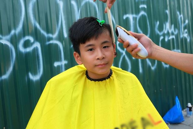 Tiệm cắt tóc miễn phí cho người lao động nghèo và sinh viên trên vỉa hè Hà Nội - Ảnh 15.