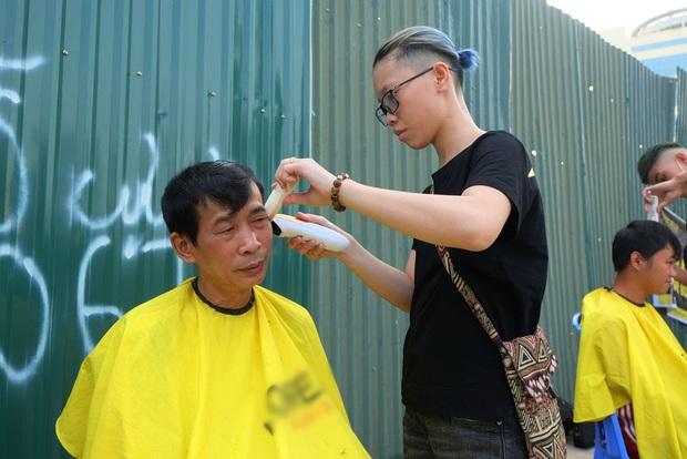 Tiệm cắt tóc miễn phí cho người lao động nghèo và sinh viên trên vỉa hè Hà Nội - Ảnh 14.