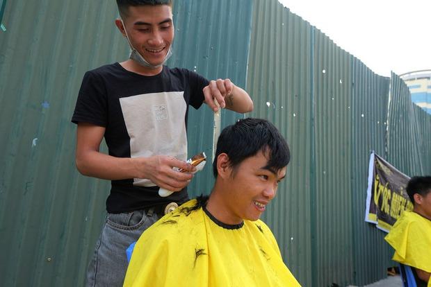 Tiệm cắt tóc miễn phí cho người lao động nghèo và sinh viên trên vỉa hè Hà Nội - Ảnh 12.