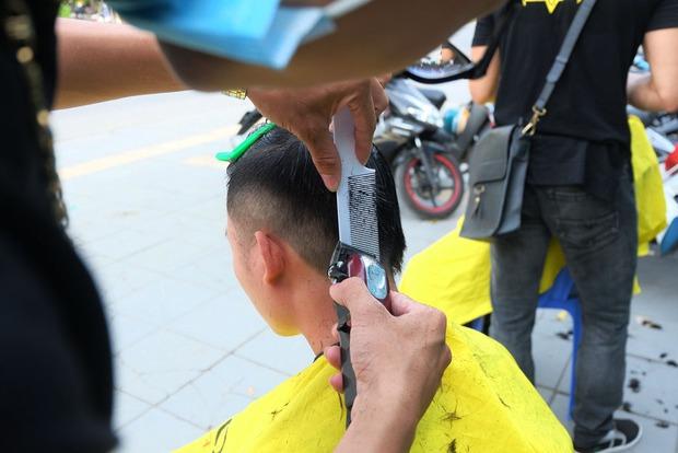 Tiệm cắt tóc miễn phí cho người lao động nghèo và sinh viên trên vỉa hè Hà Nội - Ảnh 10.