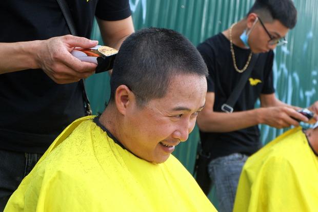 Tiệm cắt tóc miễn phí cho người lao động nghèo và sinh viên trên vỉa hè Hà Nội - Ảnh 8.