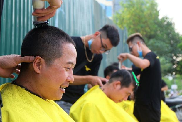 Tiệm cắt tóc miễn phí cho người lao động nghèo và sinh viên trên vỉa hè Hà Nội - Ảnh 9.