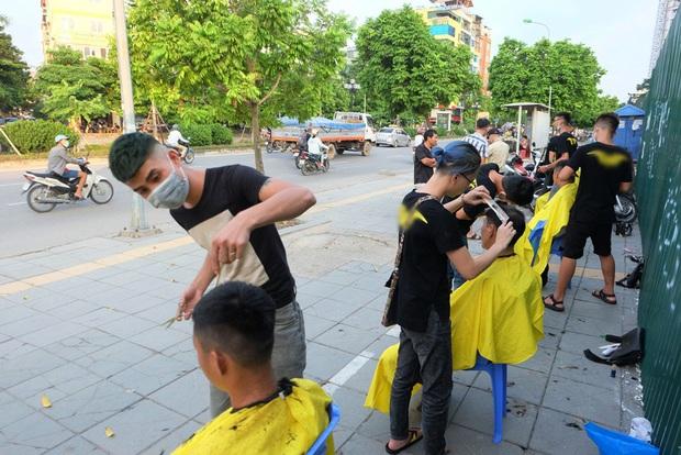 Tiệm cắt tóc miễn phí cho người lao động nghèo và sinh viên trên vỉa hè Hà Nội - Ảnh 3.