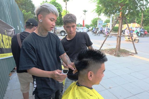 Tiệm cắt tóc miễn phí cho người lao động nghèo và sinh viên trên vỉa hè Hà Nội - Ảnh 5.