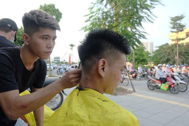 Tiệm cắt tóc miễn phí cho người lao động nghèo và sinh viên trên vỉa hè Hà Nội - Ảnh 6.