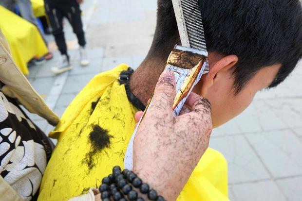 Tiệm cắt tóc miễn phí cho người lao động nghèo và sinh viên trên vỉa hè Hà Nội - Ảnh 11.