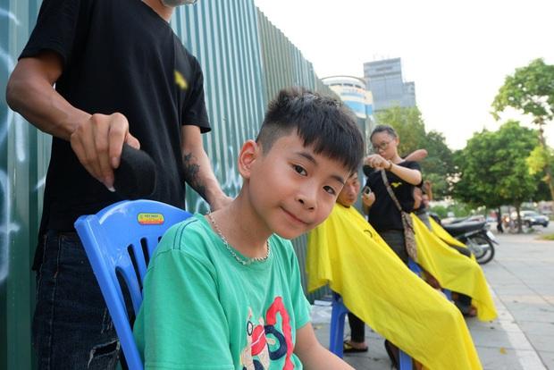 Tiệm cắt tóc miễn phí cho người lao động nghèo và sinh viên trên vỉa hè Hà Nội - Ảnh 16.