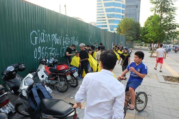 Tiệm cắt tóc miễn phí cho người lao động nghèo và sinh viên trên vỉa hè Hà Nội - Ảnh 7.