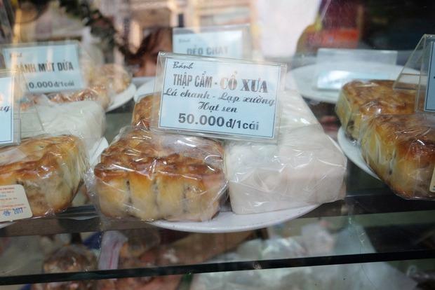 Người Hà Nội kiên nhẫn xếp hàng chờ mua bánh Trung thu Bảo Phương cúng ngày đầu tháng - Ảnh 9.