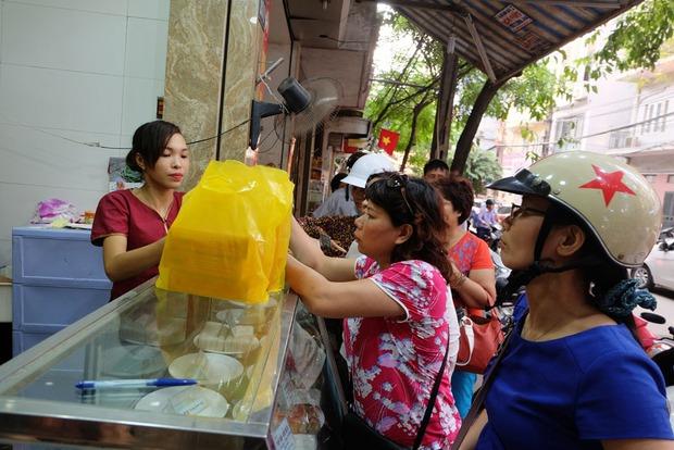 Người Hà Nội kiên nhẫn xếp hàng chờ mua bánh Trung thu Bảo Phương cúng ngày đầu tháng - Ảnh 11.