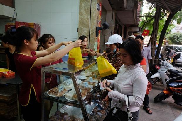 Người Hà Nội kiên nhẫn xếp hàng chờ mua bánh Trung thu Bảo Phương cúng ngày đầu tháng - Ảnh 5.