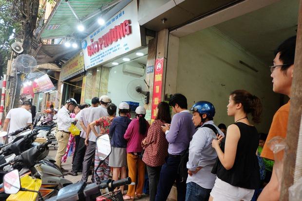 Người Hà Nội kiên nhẫn xếp hàng chờ mua bánh Trung thu Bảo Phương cúng ngày đầu tháng - Ảnh 2.