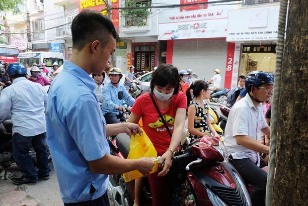 Người Hà Nội kiên nhẫn xếp hàng chờ mua bánh Trung thu Bảo Phương cúng ngày đầu tháng - Ảnh 13.