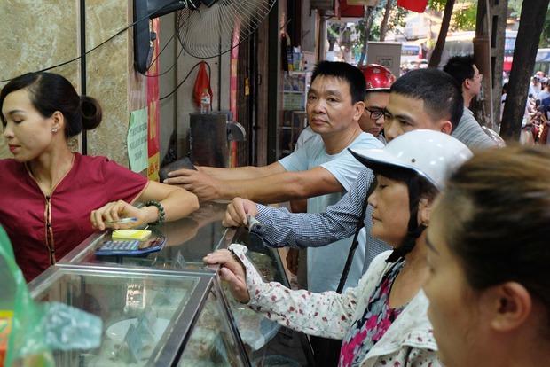 Người Hà Nội kiên nhẫn xếp hàng chờ mua bánh Trung thu Bảo Phương cúng ngày đầu tháng - Ảnh 4.